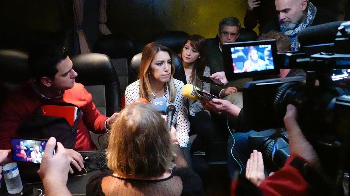 Susana Díaz atiende a los medios de comunicación en el autobús electoral tras suspender el mitin.