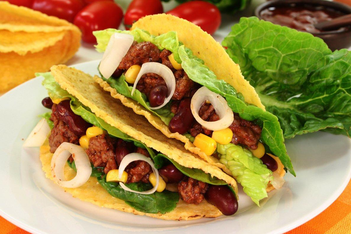 Un taco mexicano con carne molida, frijoles y maíz.