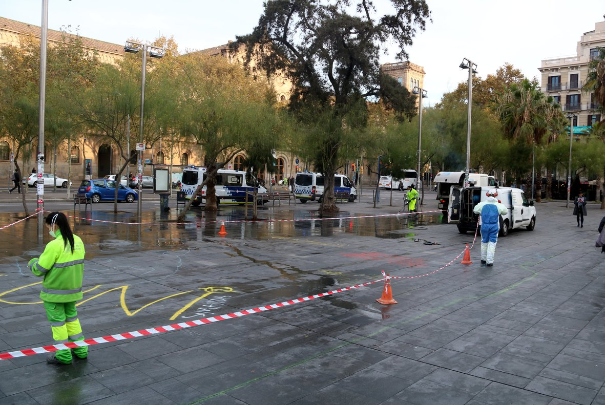 Tareas de limpieza en la plaza de la Universitat.