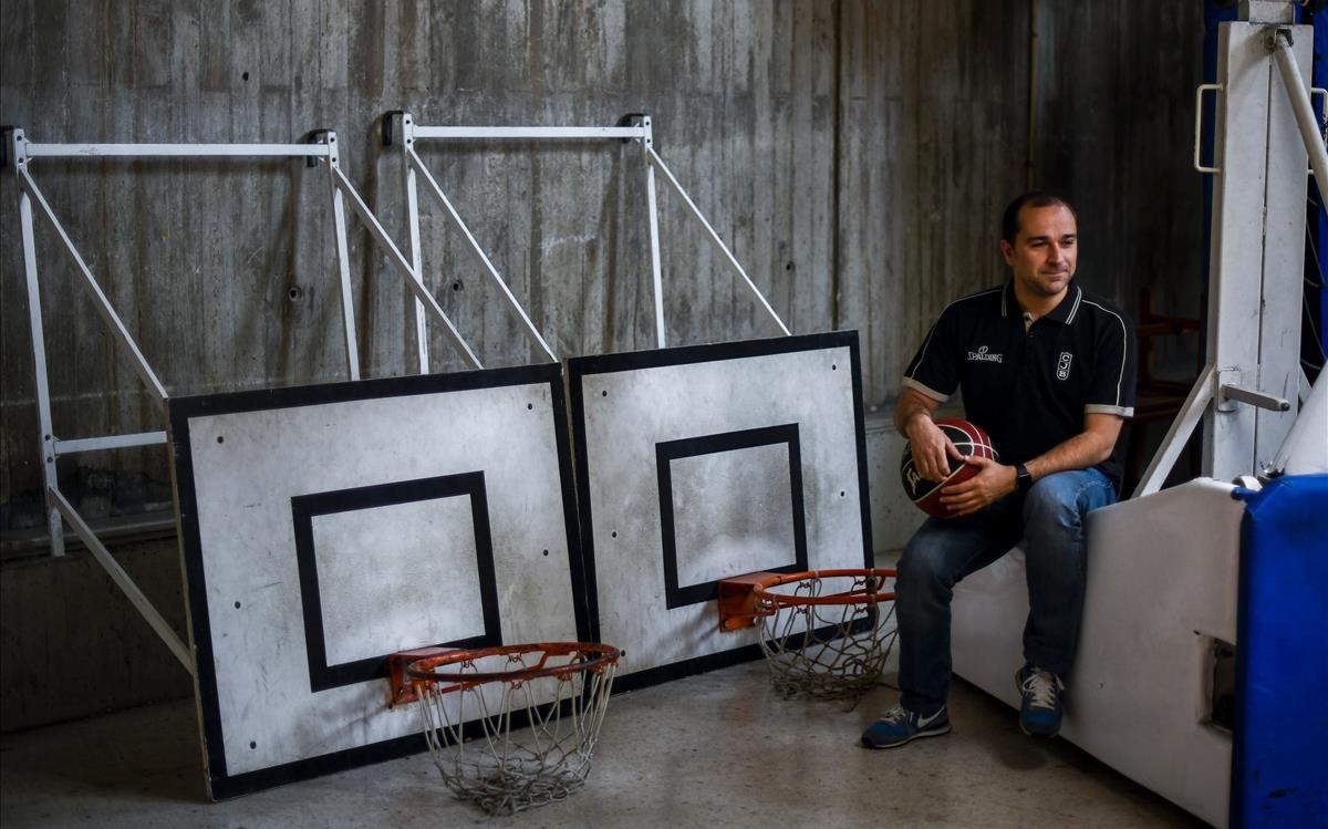 El técnico de la Penya Carles Duran posa en una de las pistas anexas del Olímpic
