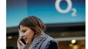 Una usuaria frente a la sede de O2 en Londres.