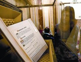 Una empleada del Congresode los Diputados contempla el ejemplar único del texto original de la Constitución.