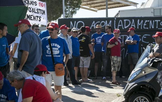 Concentración de trabajadores de Alstom a las puertas de la fábrica de Santa Perpètua de Mogoda durante la huelga.