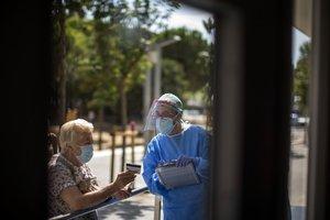 Un trabajador social atendiendo a pacientes en L'Hospitalet