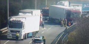 Tallada l'AP-7 per l'accident de tres camions a Montmeló