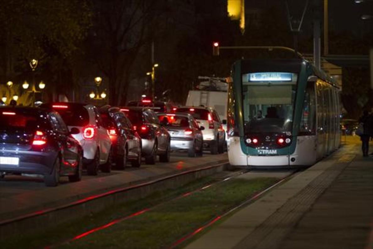 Tranvía del Trambaix, en la parada de Francesc Macià.