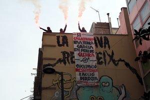 Tres activistas en el edificio de Ca la Trava, en Gràcia.