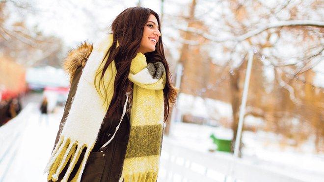Una chica pasea en un ambiente invernal.