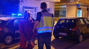 Una detenida en la operación policial contra la red de prostitución en Amposta.