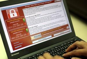 Una pantalla de ordenador muestra un rescate por un ataque de WannaCry.