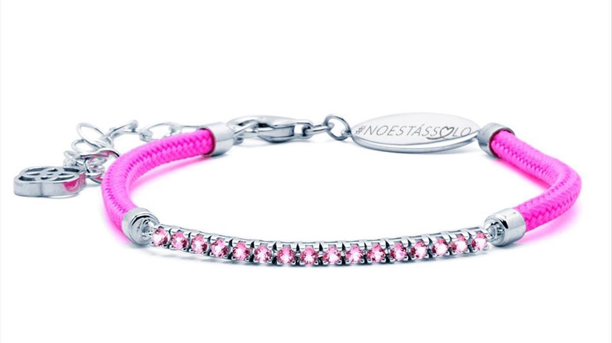 La firma Customima ha diseñado esta pulsera solidaria contra el cáncer.