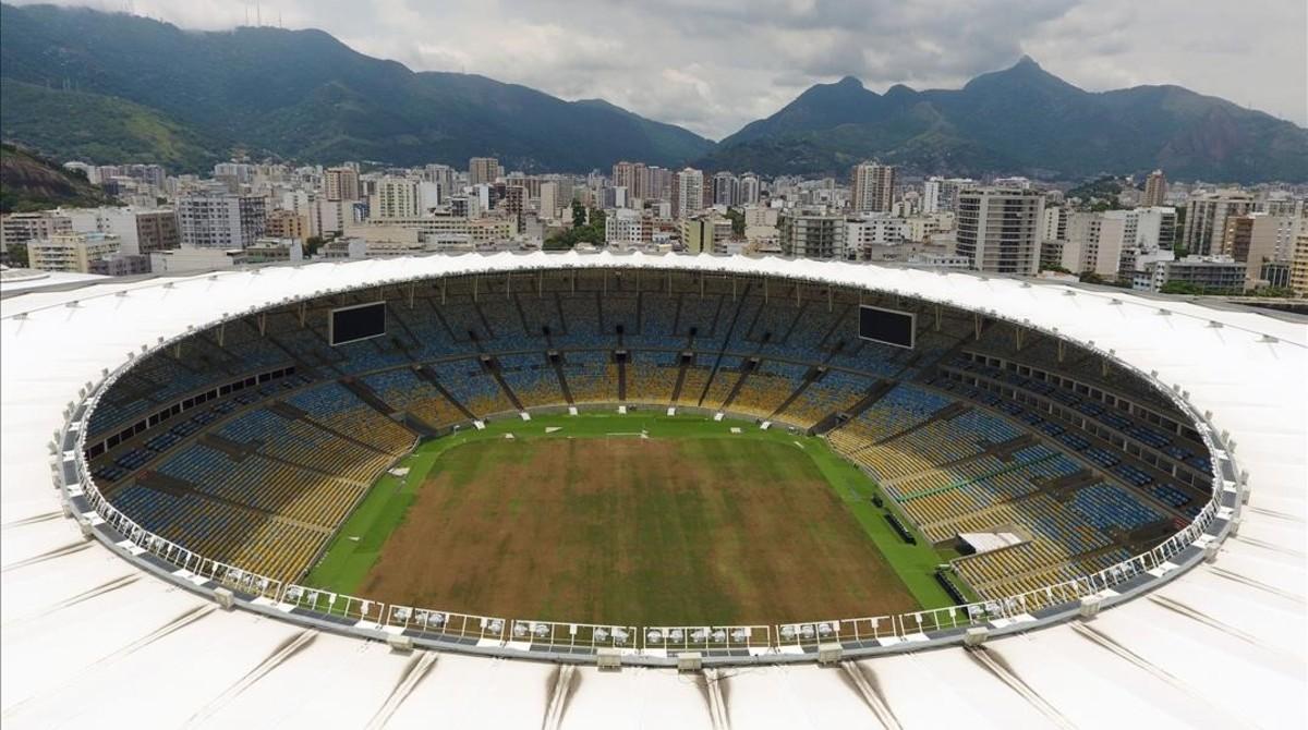 Una vista panorámica de Maracaná, con el césped en estado de abandono.