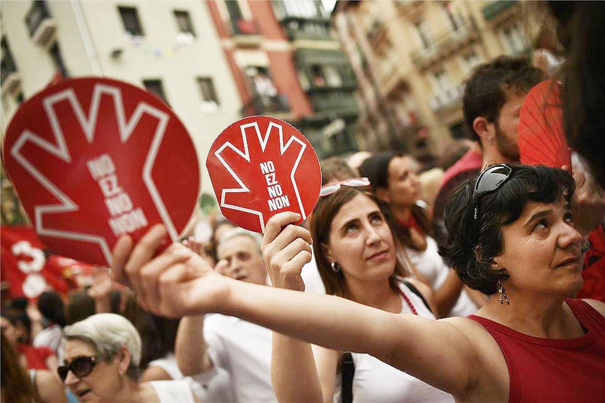 Unas mujeres muestran el símbolo de la campaña contra las agresiones sexistas en Sanfermines durante la manifestación ciudadana.