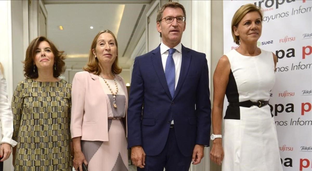 De izquierda a derecha, Soraya Sáenz de Santamaría, Ana Pastor, Alberto Núñez Feijóo y María Dolores de Cospedal, en septiembre de 2016 en Madrid.