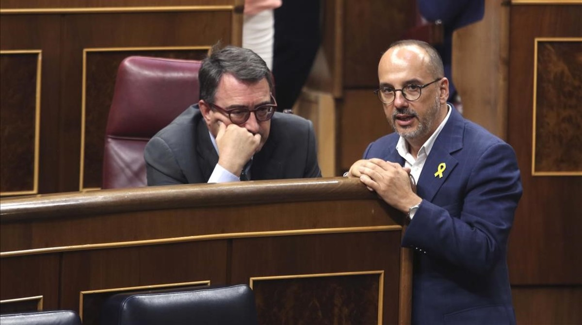 Los portavoces de PDECat, Carles Campuzano, y PNV, Aitor Esteban, conversan en el pleno de RTVE en el Congreso.