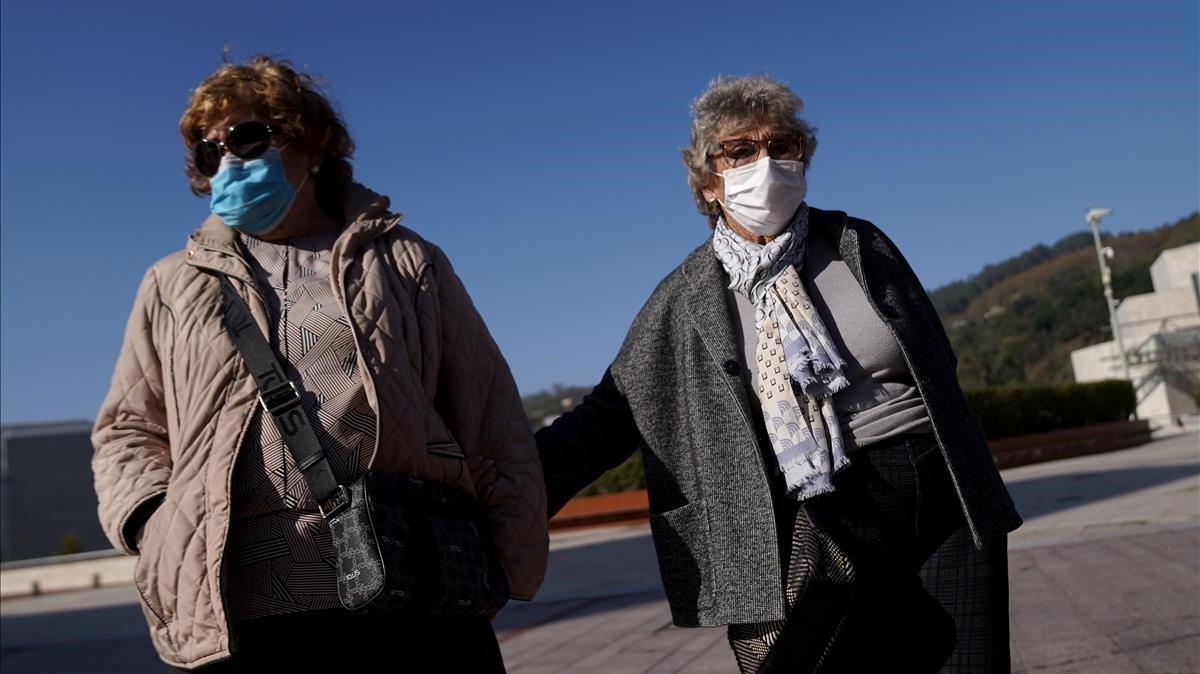 Maite y Teresa, las dos teresas, pasean por Bilbao tras la noche de algaradas.