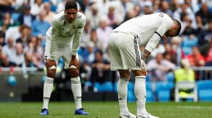 Varane y Sergio Ramos se lamentan tras el 0-1.