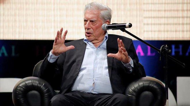 Mario Vargas Llosa participa este lunes en una charla en el Hay Festival en Arequipa (Perú).