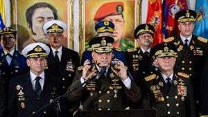 El ministro de Defensa,Vladimir Padrino López, junto a otros altos mandos militares manifiesta su apoyo al presidente Maduro.