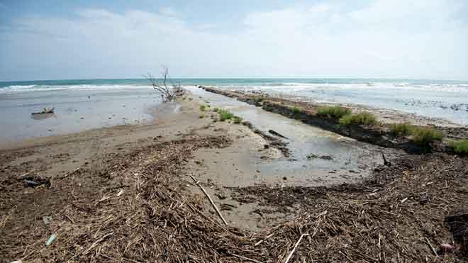 La segona batalla de l'Ebre: el mar es menja el delta a marxes forçades