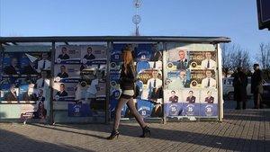 Una mujer caminando en la estación central de autobuses de Kosovo