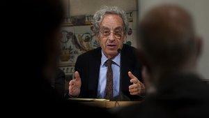 Salvador Giner presenta su libro sobre el futuro del capitalismo en el Institut d'Estudis Catalans en el 2011.