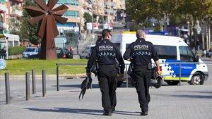 Una patrulla de la Guardia Urbana, a pie.
