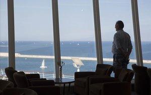 Un viajero de la tercera edad disfrutando de un crucero, en Barcelona.