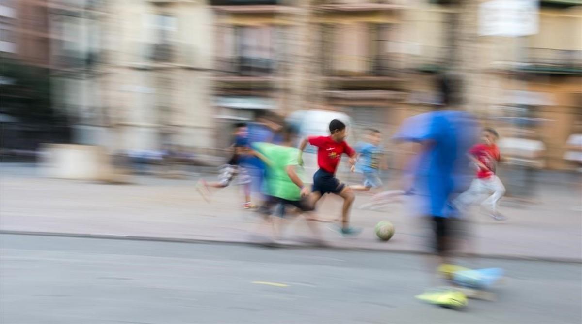 Niños jugando en una plaza de Barcelona.