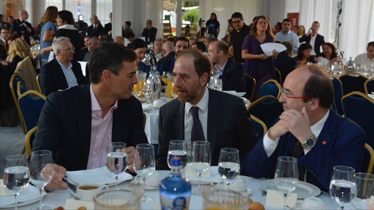 Pedro Sánchez, Enric Hernàndez y Miquel Iceta, durante el desayuno de Primera Plana.