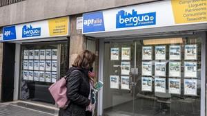 Les comunitats de veïns clamen contra els bancs que no paguen pels pisos embargats