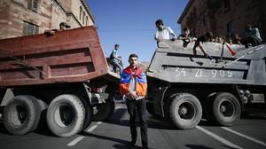 Opositores armenios bloquean una carretera.