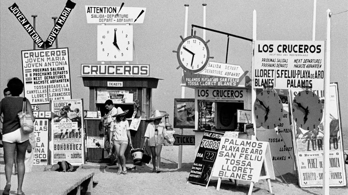 Carteles de ofertas de cruceros en la playa de Tossa de Mar, en 1965.