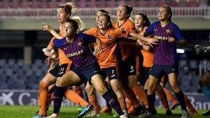 Pugna entre las jugadoras del Glasgow y el Barça.