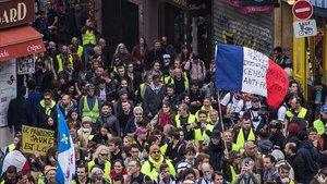Loschalecos amarillosmanifestándose en París en la decimonovena semana consecutiva de movilizaciones.