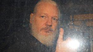 Assange ingressa en una presó al Regne Unit i els EUA esperen la seva extradició
