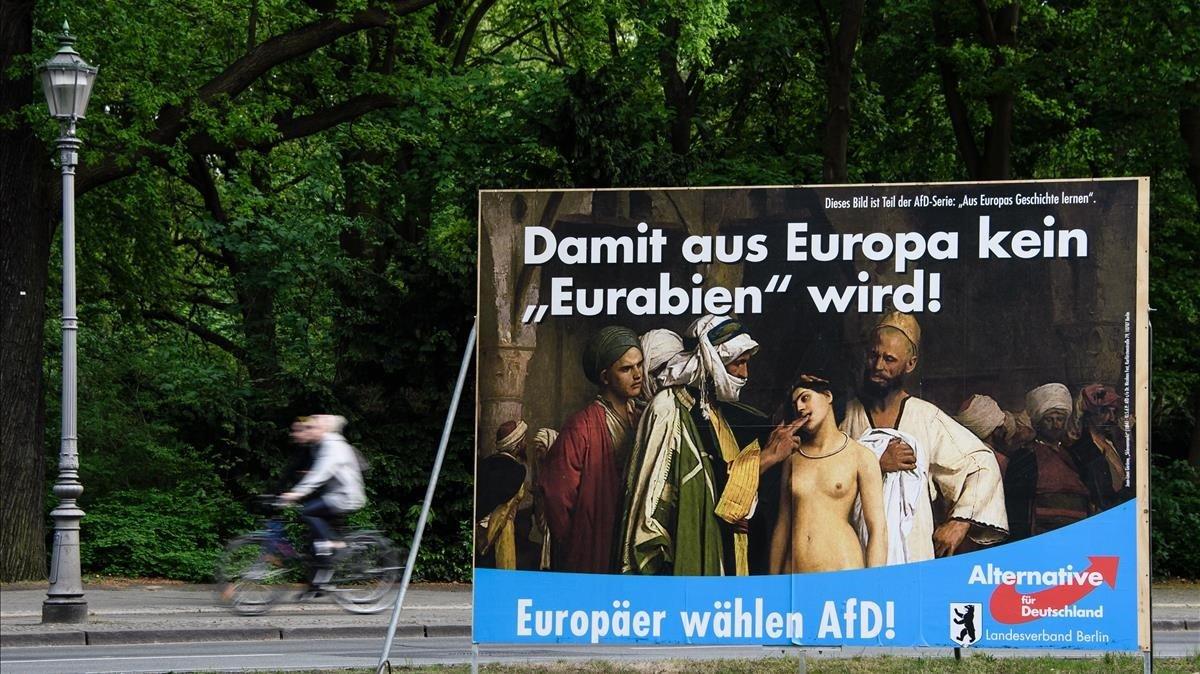 Cartel polémico de Alternativa para Alemania (AfD) para las elecciones europeas, en Berlín.