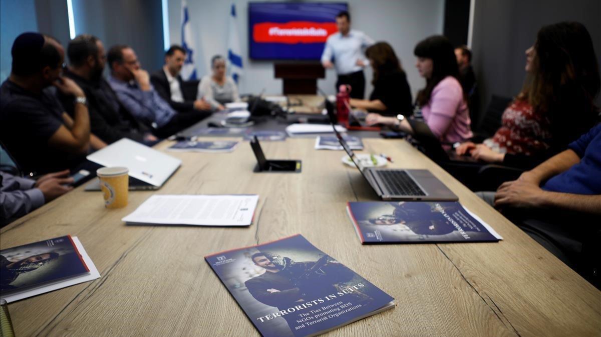 Reunión del equipo del Ministerio de Asuntos Estratégicos de Israel encargadode desactivar las acciones de protesta y bicot de activistas palestinos en el Festival de Eurovisión.