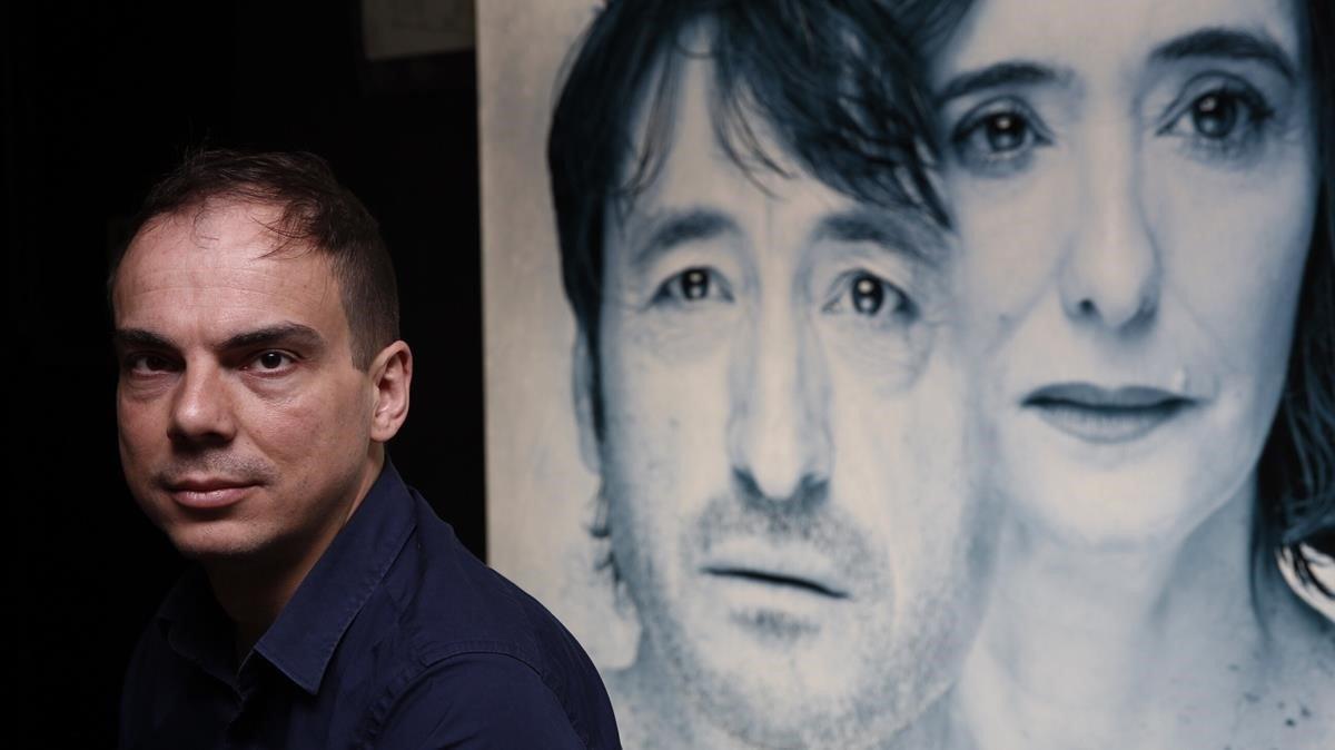 Alberto Conejero, dramaturgo, frente al cartel de su obra 'Todas las noches de un día', en el TeatroGoya la temporada pasada.