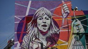 La alcaldesa en funciones de Santa Coloma de Gramenet,Nuria Parlon,y la artista vasca Irantzu Lekuehan presentado el mural para la transformacion social 'Temps de dones',que se convertira en un elemento identificador del edificio de La CIBA.