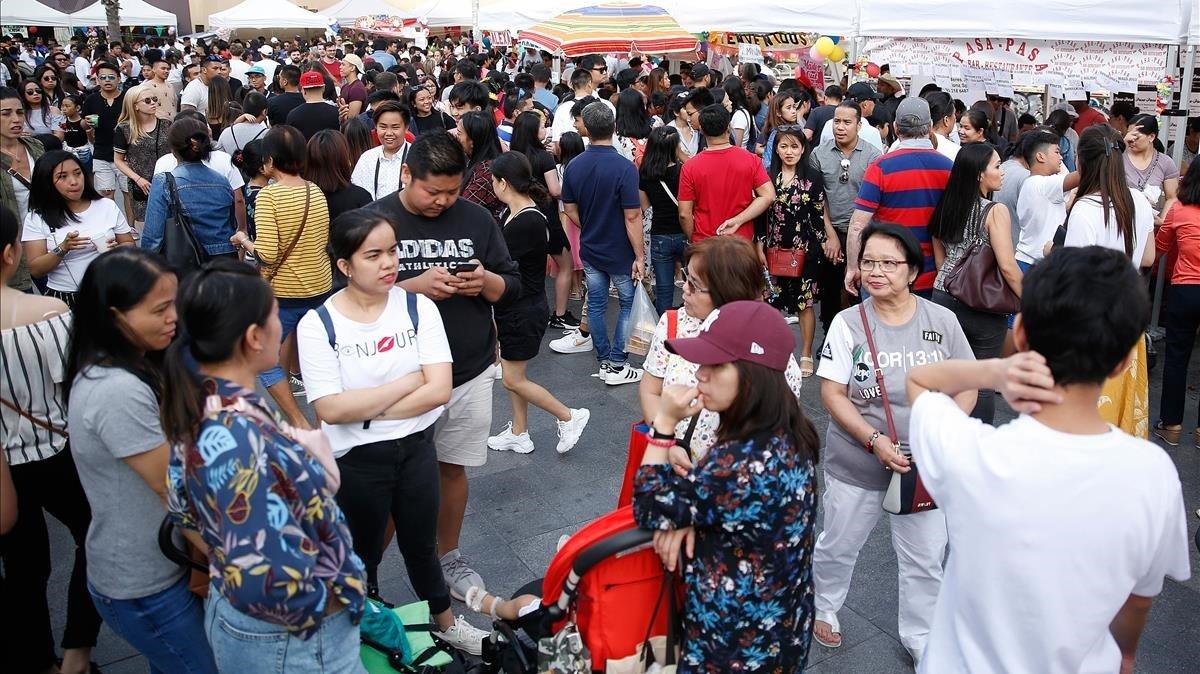 Celebración popular de la independencia de Filipinas, el pasado 16 de junio, en la plaza dels Àngels de Barcelona.