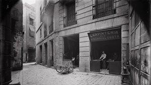 Un rincón de la calle de la Fenosa, en 1908, desaparecida con la construcción de la Via Laietana.