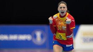 Soledad López Jiménez celebra uno de los tantos de la selección española de balonmano femenino ante Montenegro.