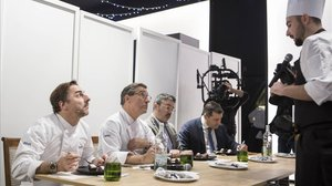 Los hermanos Roca y Óscar Moya escuchan a uno de los aspirantes, que explica su plato.