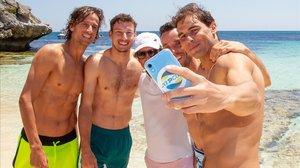 Nadal hace un 'selfie' delequipo español en la playa de Rottnest Island, con Feliciano López, Carreño, Roig y Bautista.