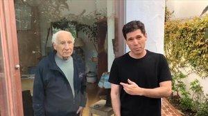 Mel Brooks, tras el cristal, y su hijo Max, en una imagen del vídeo.