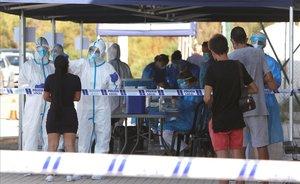 Personal sanitario han comenzado hoy en la localidad alicantina de Santa Pola a realizar pruebas de covid-19 a las personas que estuvieron en la discoteca Oasis de la localidad los días 10 11 y 12 de julio ante la aparicion de un brote de coronavirus.