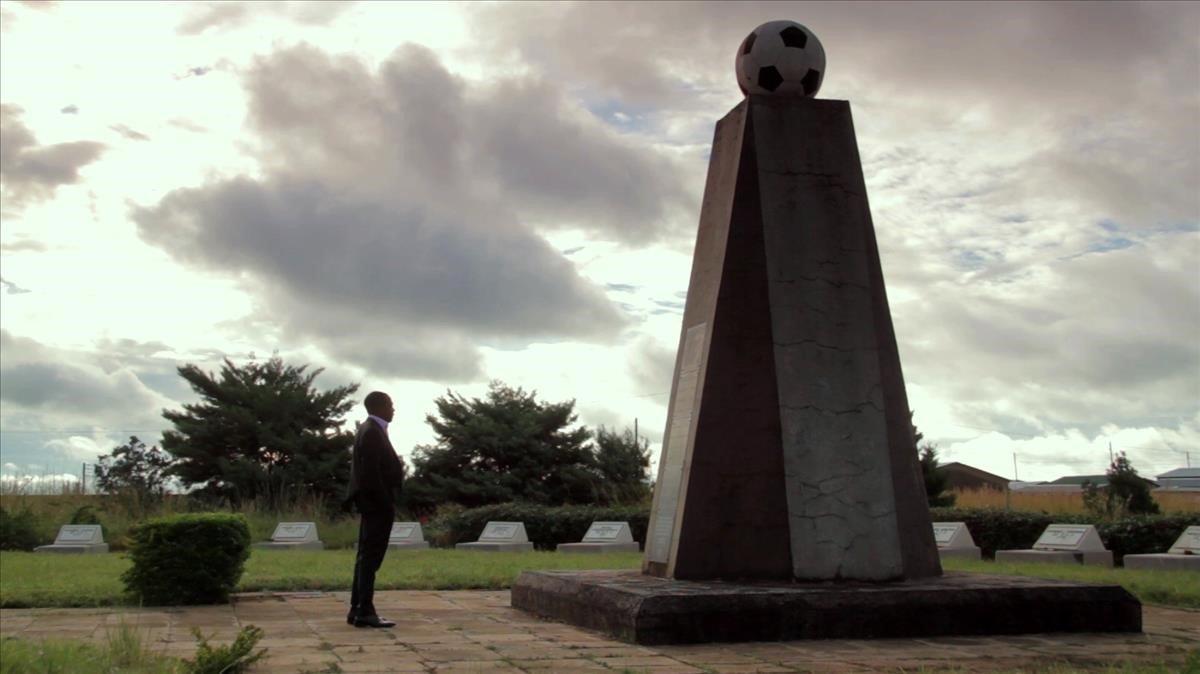 Kalusha Bawlya, único superviviente de la selección de Zambia de 1993,ante el monumento en homenaje a sus 18 compañeros fallecidos.