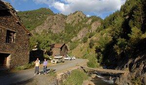 Turistas en el núcleo de Tor y en la montaña del mismo nombre.