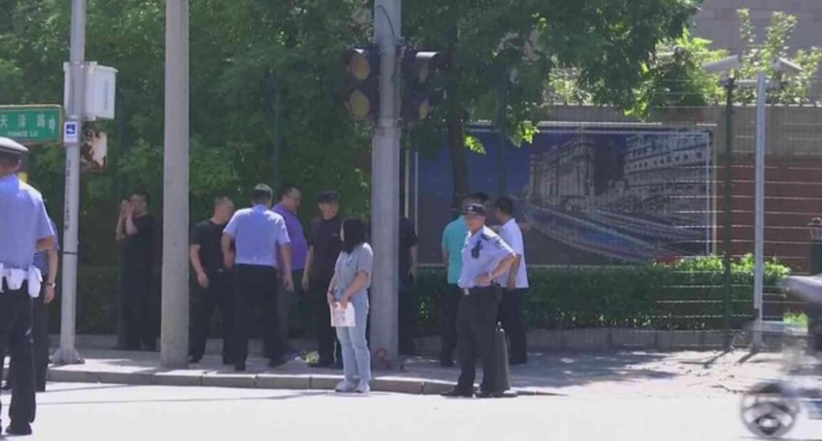 Policías ante la embajada de EEUU en Pekín.